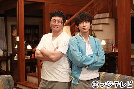 「ロストデイズ」の高野ナツを演じる吉沢亮(右)と「ロストデイズのひみつ」の高野ナツを演じる松尾諭(左)