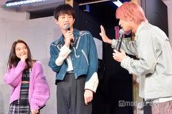 壁ドンのコツを語る横浜流星(右)を見ている上白石萌音(左)と杉野遥亮(中央)/(C)モデルプレス