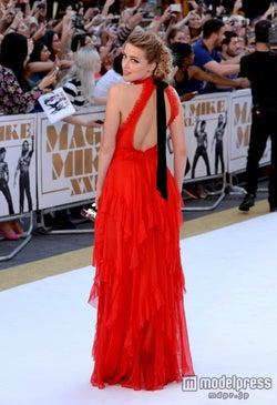 アンバー・ハード、鮮やかなレッドドレスで最新作プレミアに登場