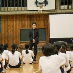 EXILE TETSUYA、ダンスの授業を初視察(写真提供:LDH)