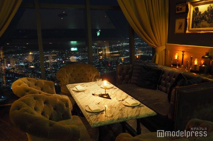 アンティークの家具に囲まれたスペースは、まるで海外ドラマの光景(C)モデルプレス