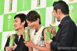 宮沢の肩を指でツンツンして笑わせる本木雅弘 (C)モデルプレス