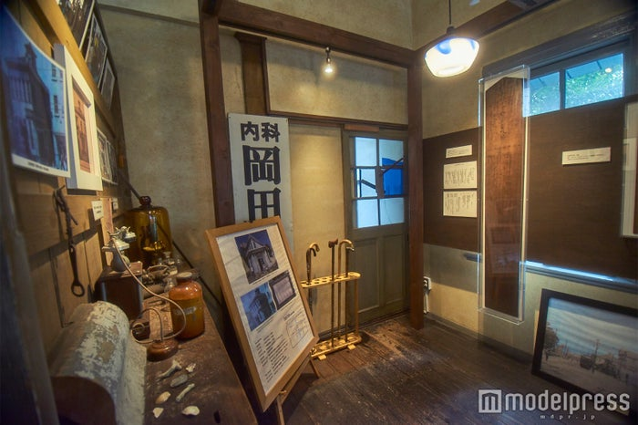 過去にこの地で創業していた岡田医院の看板も(C)モデルプレス
