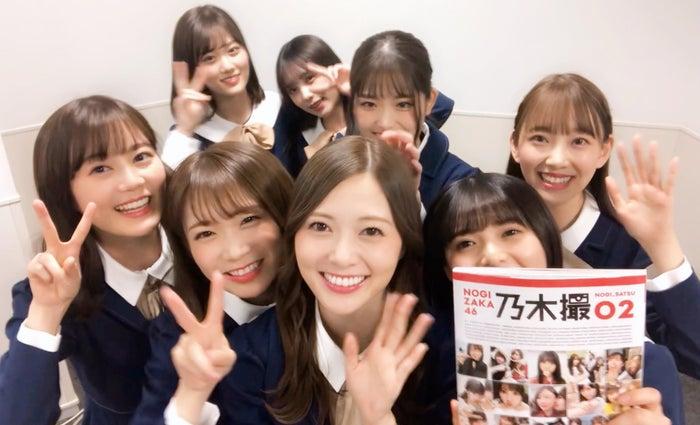 楽屋で『乃木撮 VOL.02』を告知する乃木坂46メンバー/提供写真