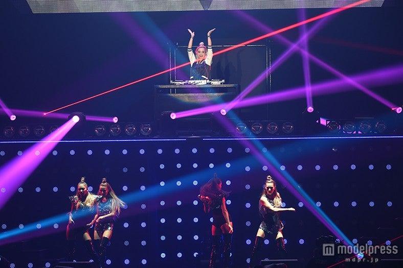 """DJ""植野有砂、圧倒的美ボディ集団CYBERJAPAN DANCERSがSEXYダンスで迫力コラボ<TGC2015A/W>【モデルプレス】"