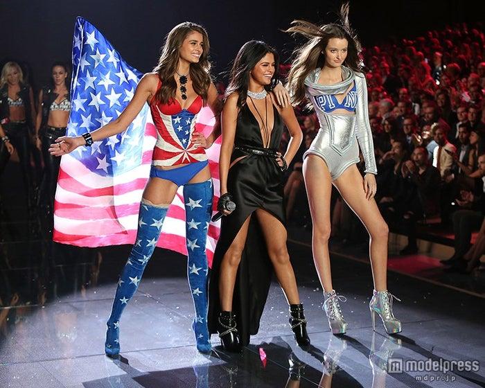 エンジェルズたちと華やかに競演したセレーナ・ゴメス「Victoria's Secret Fashion Show 2015」/photo:Getty Images