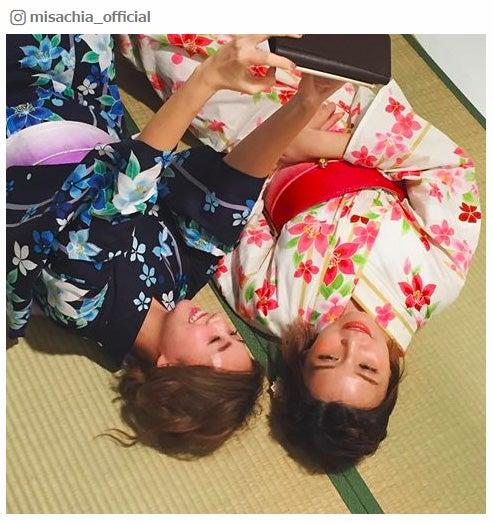 浴衣で添い寝する伊藤千晃、宇野実彩子(左から)/MISACHIA Instagramより