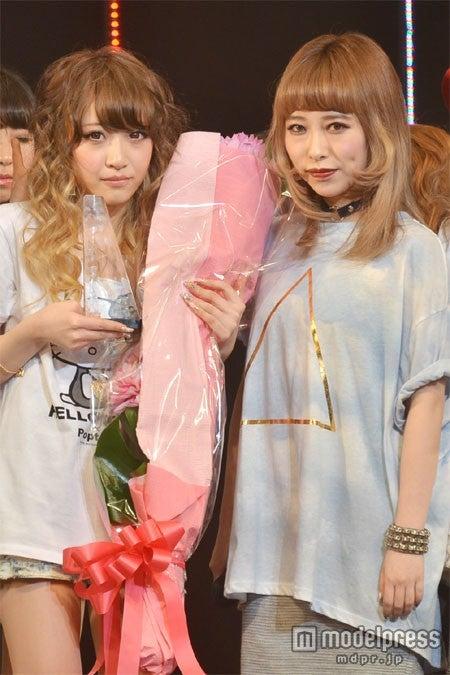 「Popteen」モデルオーディションでグランプリに輝いた今井彩矢佳さん(左)、加藤ミリヤ