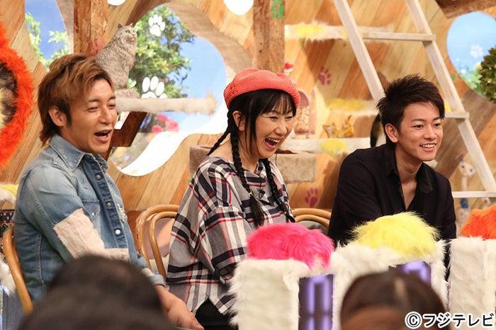 思わず笑いがこぼれる(左から)つるの剛士、室井滋、佐藤健(C)フジテレビ