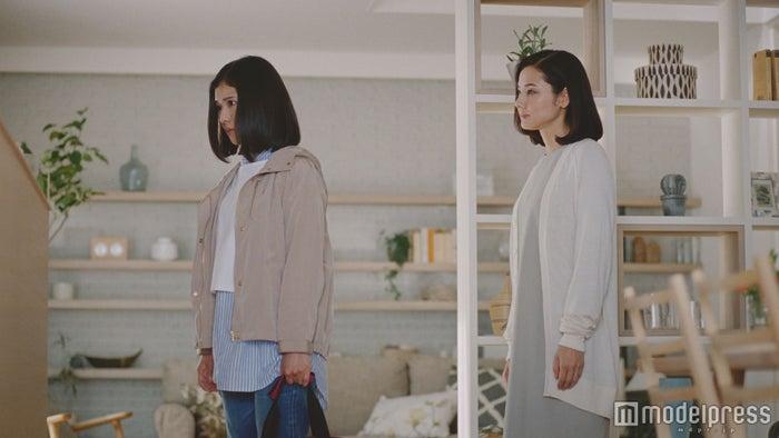 親子役として演じる松岡茉優(左)、吉田羊(右)