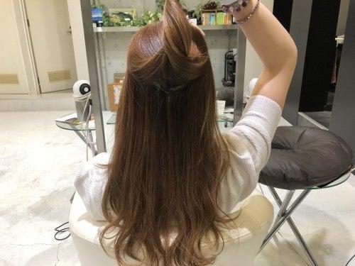 写真のように、トップの髪を分けとります。
