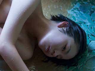 """一糸まとわぬびしょ濡れショット解禁 """"未完成な若手女優""""野村麻純の「紛れもなくリアル」な姿"""