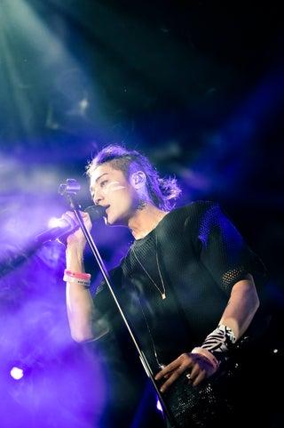 赤西仁、ツアー最終公演で「Care」「ムラサキ」熱唱 初のバンドスタイルに本音も<ライブレポ/セットリスト>