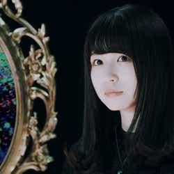 坂道AKB「国境のない時代」MVより(C)AKS/キングレコード