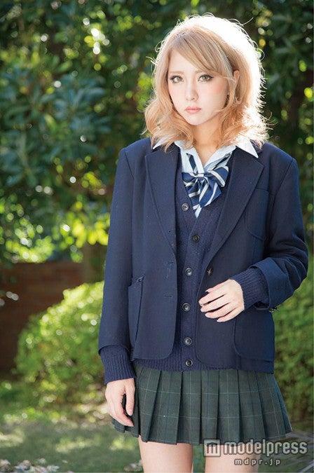 不機嫌そうな表情、金髪にミニスカの制服という風貌が話題に(撮影:飯塚昌太)