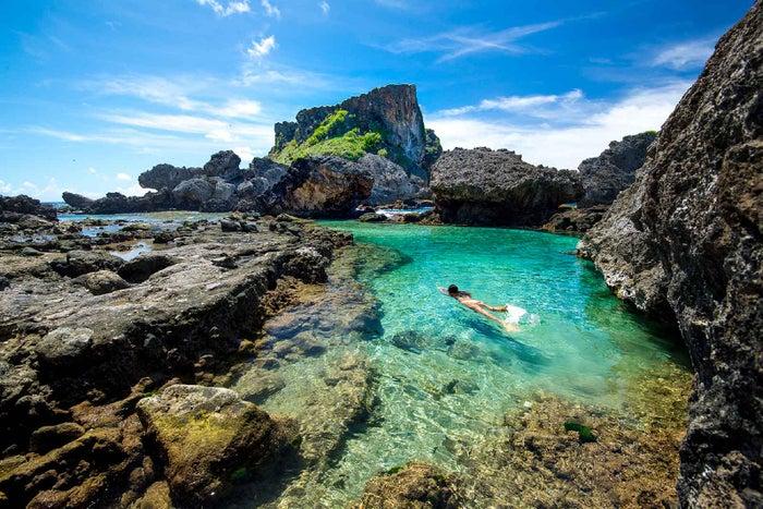 クリアで青すぎる天然のプールでひと泳ぎ(C)Junji Takasago / MVA