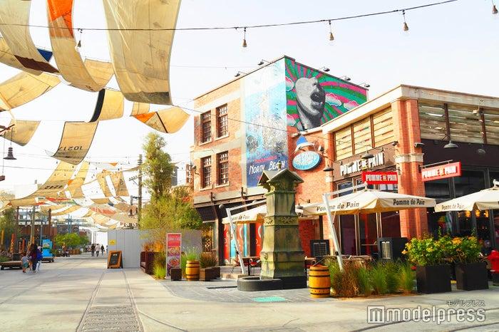 パークの中心にはカフェやショップ、レストラン、映画館まで色々な施設が(C)モデルプレス