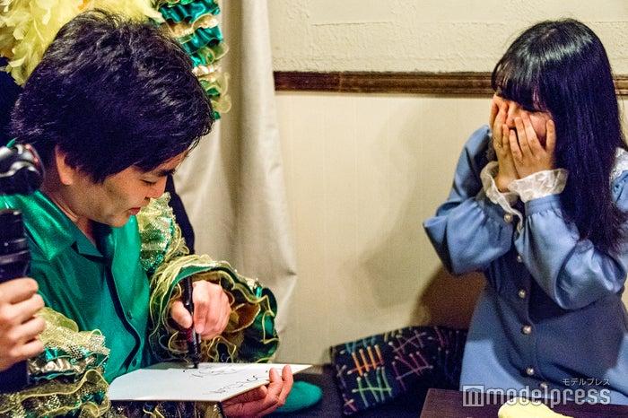 サインを貰い歓喜する当選者の女性 (C)モデルプレス