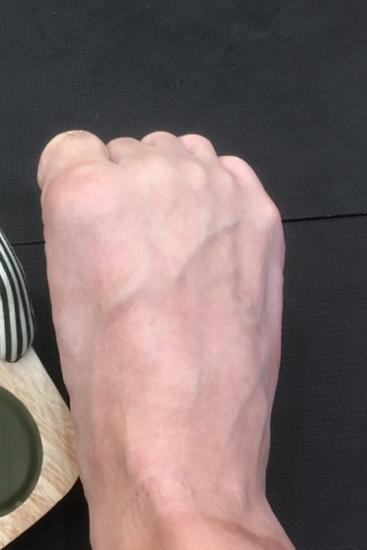 足指を握る