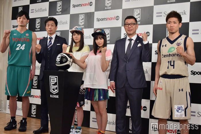 (左から)田中大貴選手、中村雅俊、広瀬アリス、広瀬すず、大河正明チェアマン、岸本隆一選手 (C)モデルプレス