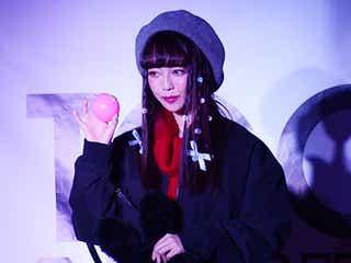 中村里砂、赤×黒のカジュアルプレッピー キュートな笑顔振りまく