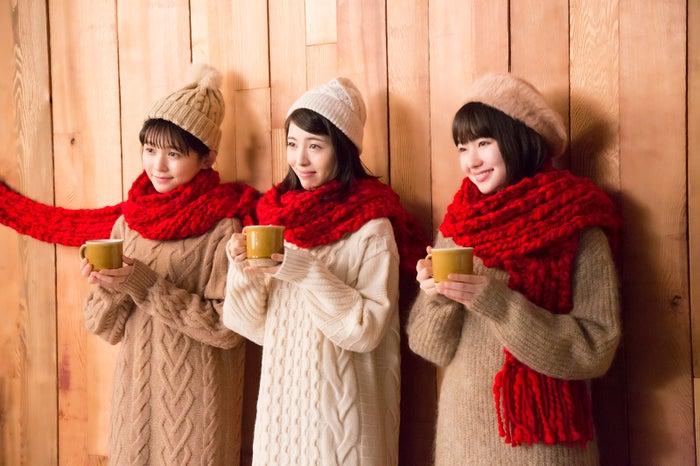 (左から)久間田琳加、浜辺美波、山田杏奈/新CMメイキングカット(提供画像)