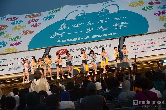 豪雨の中、笑顔でパフォーマンスをするRev.from DVLのメンバー/「Kawaiian TV アイドルライブスペシャル in 島ぜんぶでおーきな祭」出演時