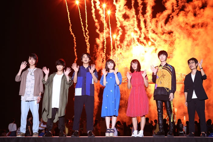 (左から)森下大地、矢本悠馬、北村匠海、浜辺美波、大友花恋、桜田通、月川翔監督(提供写真)