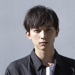 吉沢亮がネクタイを緩める姿にファン歓喜「尊い」「眼福」