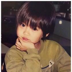 小越勇輝の幼少期ショットに「めちゃくちゃ可愛い」「顔整いすぎ」と注目集まる