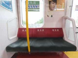 優先席に中学生が座ったら… 「隣りにいた女性の行動」が怖すぎた 混雑する電車で、中学生2人が優先席に…。その後、列車内で起こった出来事が波紋を広げている