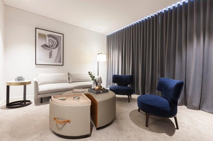 スカイ・スイーツ・グリーンスクエア客室・リビングルーム/画像提供:クラウン・グループ・ホールディングス