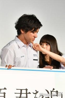 山田裕貴の頬についたなにかをとってあげる齋藤飛鳥(C)モデルプレス