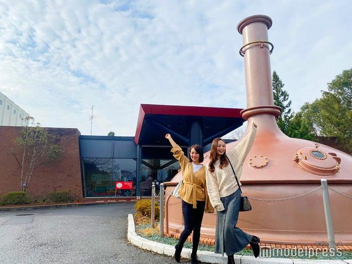 「キリンビール取手工場」の見学ツアーに参加した保坂玲奈さん(左)と榊本麻衣さん(右)(C)モデルプレス