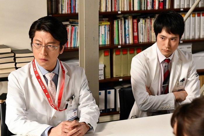 左から:及川光博、松山ケンイチ「A LIFE~愛しき人~」第1話より(C)TBS