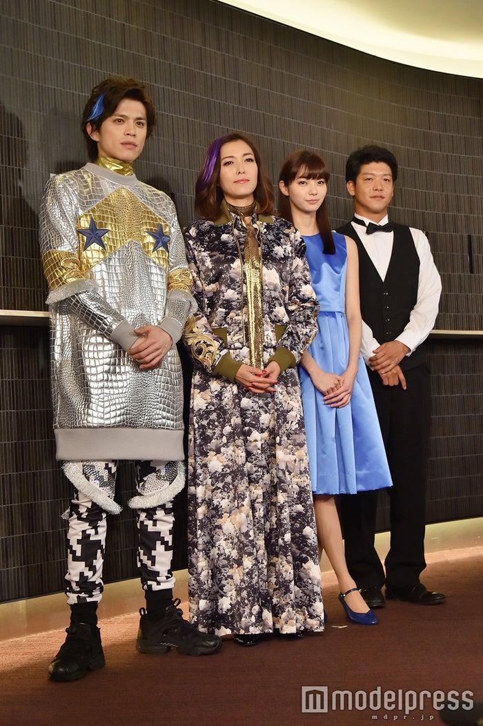 山本裕典、安蘭けい、新川優愛、駿河太郎(C)モデルプレス