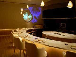 きっと忘れられないディナーになる劇場型フレンチへ。美しき料理と圧巻の演出に感動!