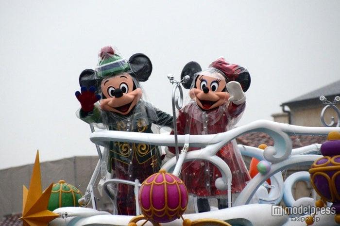 クリスマスのコスチュームで登場したミッキー・ミニー/雨バージョンのスペシャルグリーティングが行われた東京ディズニーシー