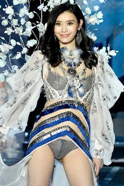 """""""中国美女モデル""""ミン・シー、ランウェイで倒れる【動画あり】<ヴィクトリアズ・シークレット ファッションショー>"""