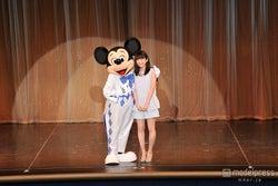 志田未来、ミッキーと感激の共演「1番好き!」 ディズニーランドにサプライズ登場