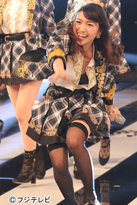 汗の飛び散る熱いライブを披露するAKB48大島優子