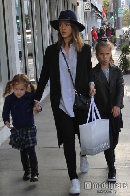 子供たちと一緒にショッピングに出かけたジェシカ・アルバ。 <br> WENN.com/Zeta Image【モデルプレス】