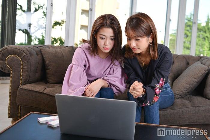 開発サイトをのぞき見(左から)伊郷レナ、安井レイ(C)モデルプレス