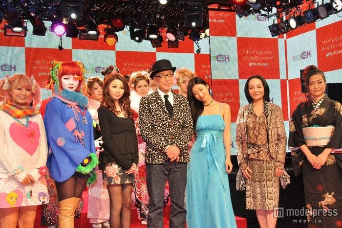 「GIRL'S CH」発表会に出席した(左から)神田笑花、バズーキスタン、沼尻帆泉、テリー伊藤、壇蜜、岩井志麻子、内田春菊