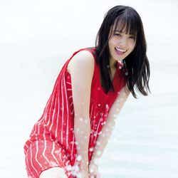 モデルプレス - 欅坂46菅井友香、透き通る白肌&スラリ美脚にうっとり