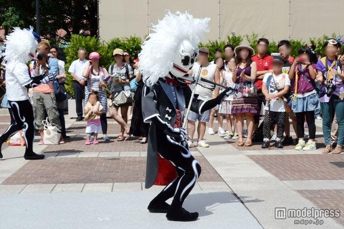 ミュージシャンのスケルトンは楽器を演奏/東京ディズニーシー「スケルトンのストリートパーティー」