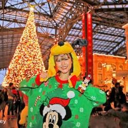 約15メートルのクリスマスツリーにうっとり! 東京ディズニーランド®のワールドバザール