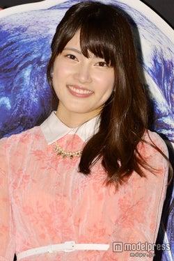 AKB48入山杏奈、ギプスが巻かれた痛々しい姿で舞台挨拶に登場