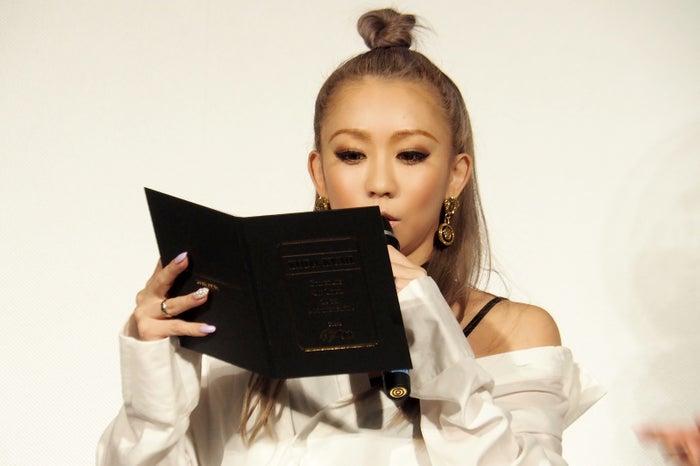 サプライズプレゼントのメッセージアルバムを読む倖田來未(画像提供:avex)