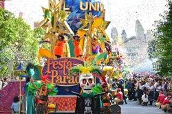 広瀬アリス&すず、USJの「フェスタ・デ・パレード」に参加!(提供写真)
